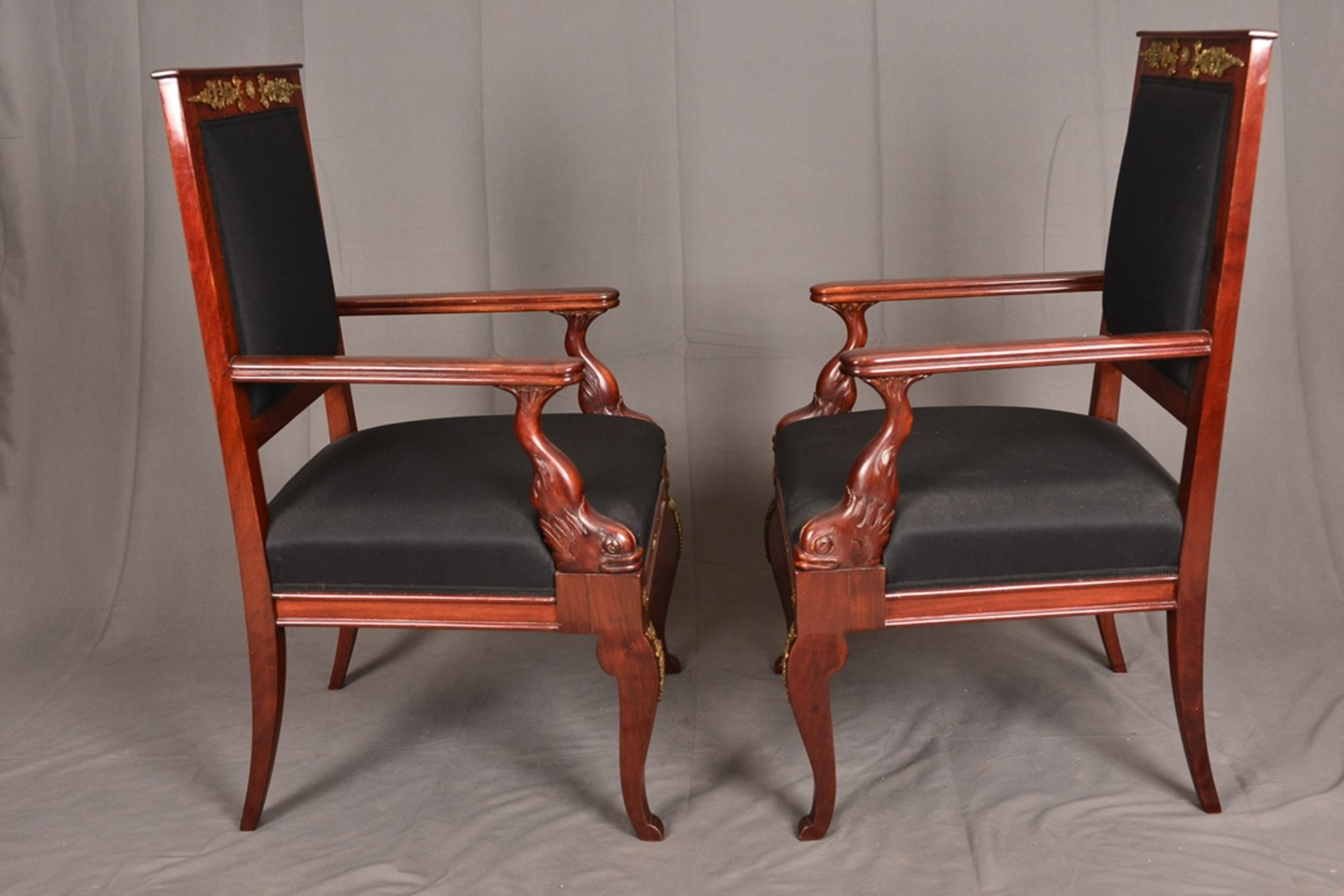 Paar Armlehnstühle. Empire-Stil, Mahagoni, aufwändig mit Messingapplikationen verziert. Vor - Bild 6 aus 9