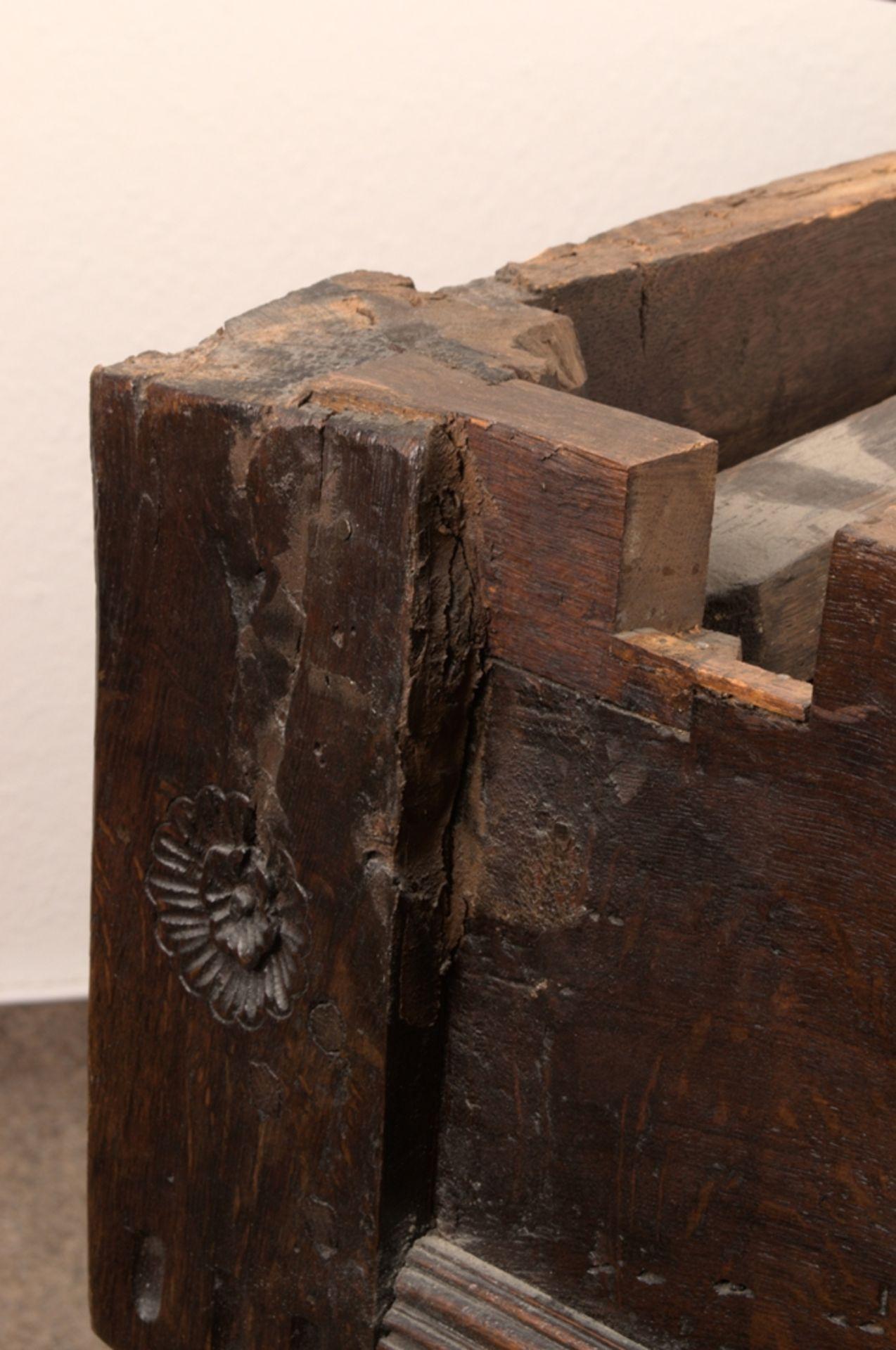 Großer Auszugstisch, Franken um 1730/50. Querverstrebter Tischunterbau mit kräftigen Balusterbeinen, - Bild 13 aus 36