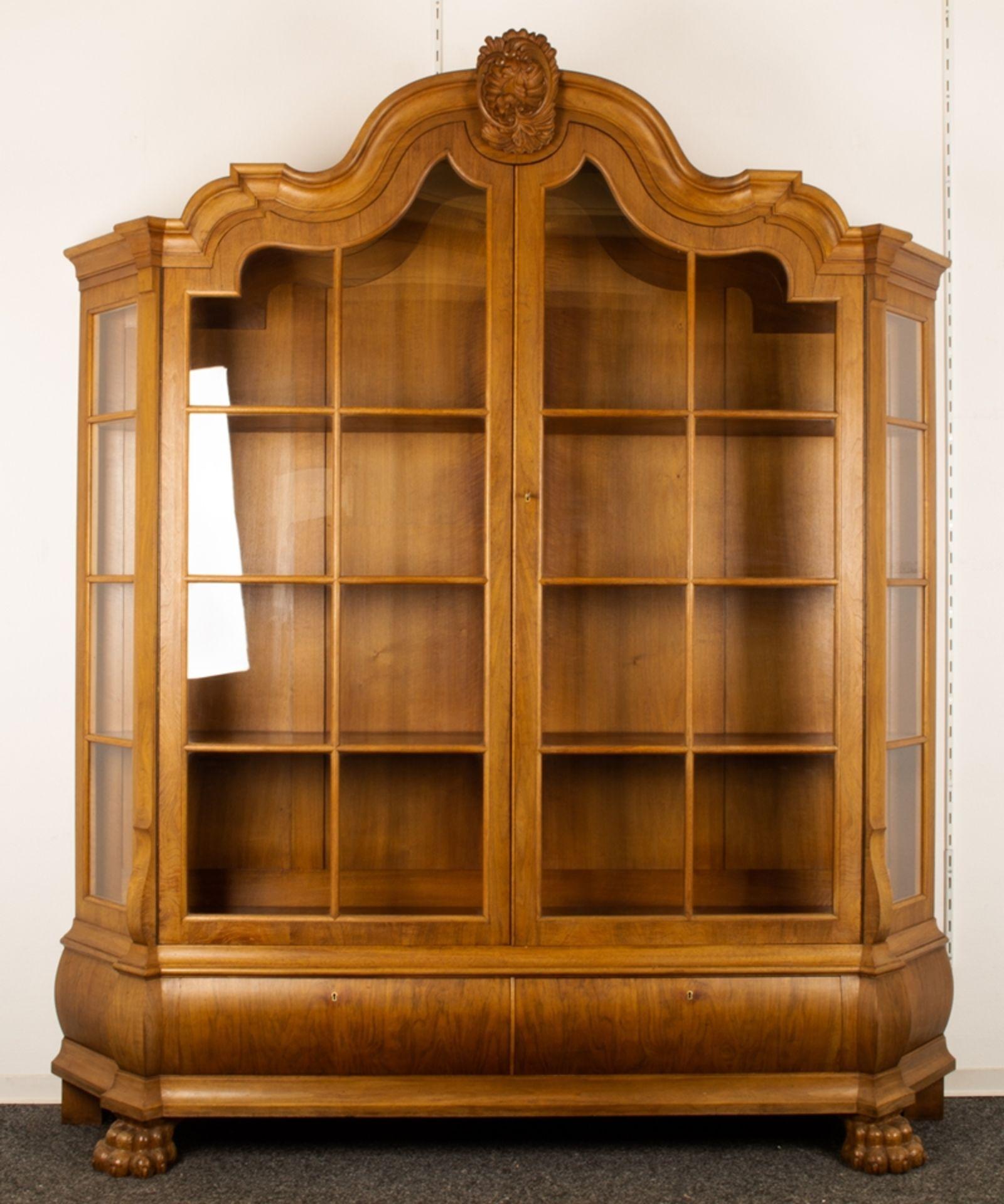 Großer, zweitüriger Bücherschrank, Barockstil, 2. Drittel 20. Jhd., Nussbaum massiv & furniert,