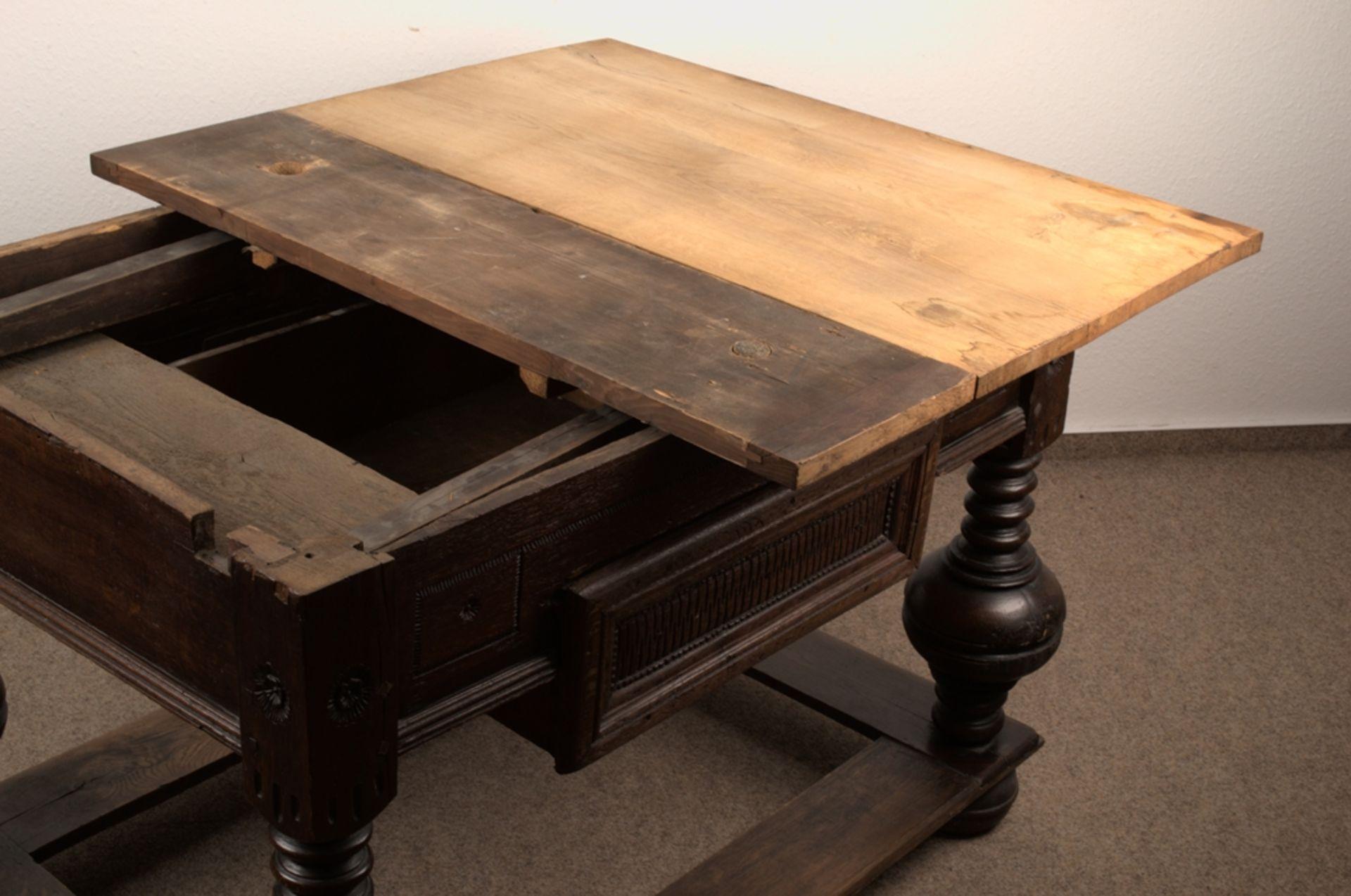 Großer Auszugstisch, Franken um 1730/50. Querverstrebter Tischunterbau mit kräftigen Balusterbeinen, - Bild 12 aus 36