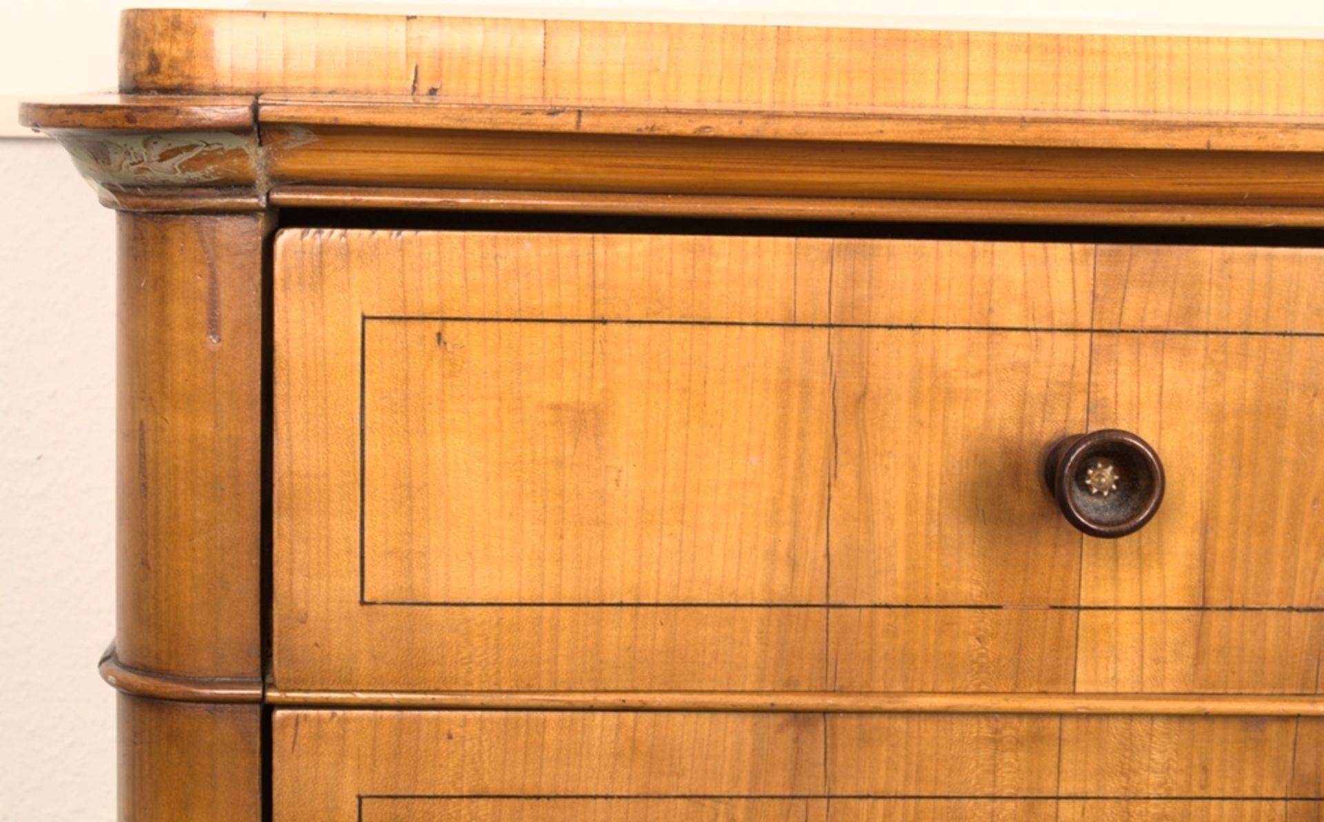Wäschekommode. Biedermeier um 1835. Kirschbaum massiv & furniert, die 4 Schubladen-Fronten mit - Bild 13 aus 18