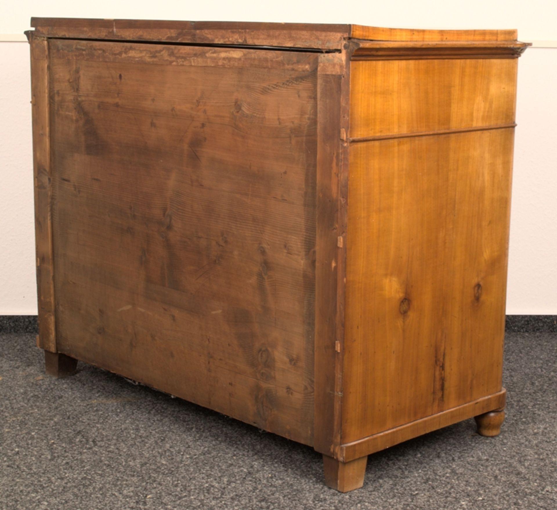 Wäschekommode. Biedermeier um 1835. Kirschbaum massiv & furniert, die 4 Schubladen-Fronten mit - Bild 15 aus 18