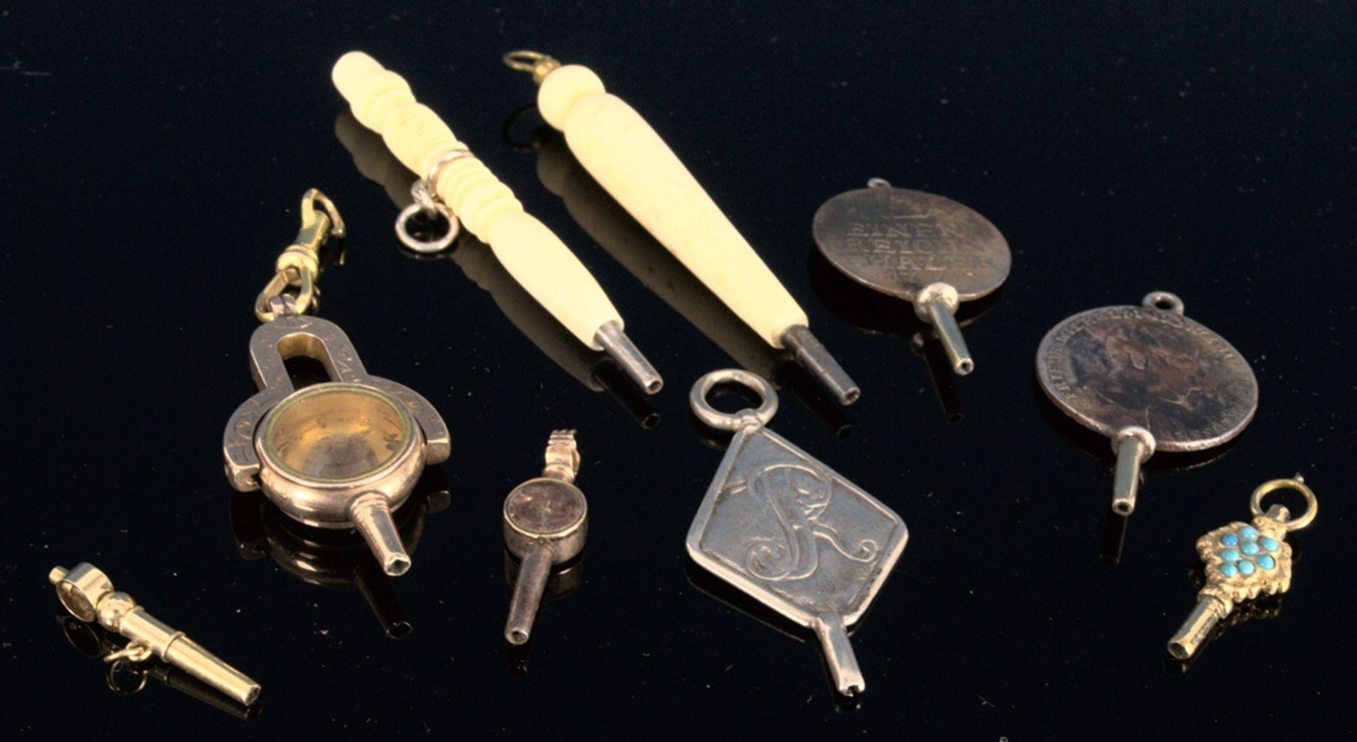 9teilige Sammlung versch. Taschenuhrenschlüssel, überwiegend 19. Jhd. Versch. Alter, Größen,