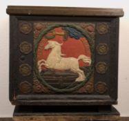 Einzigartige Feuerholz-Flachdeckeltruhe, bestehend aus polychrom staffierten, antiken Ofenplatte des