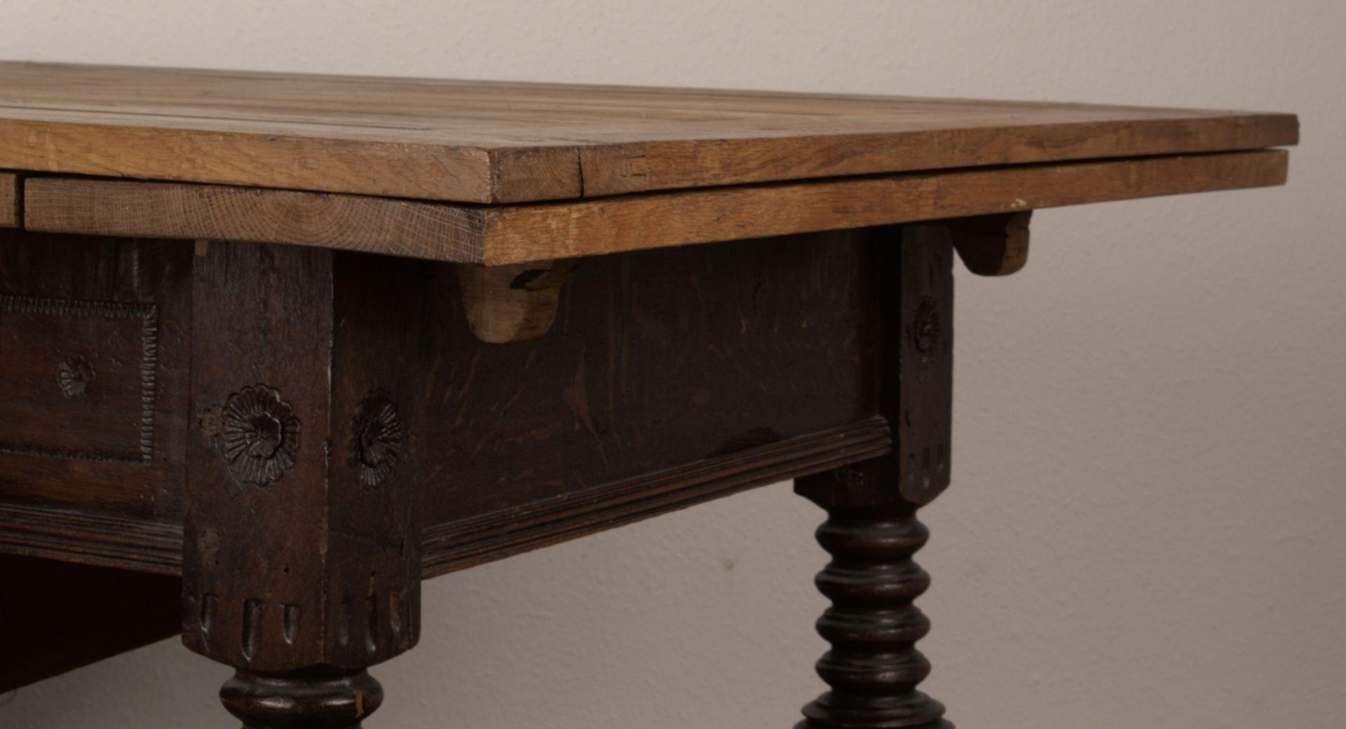 Großer Auszugstisch, Franken um 1730/50. Querverstrebter Tischunterbau mit kräftigen Balusterbeinen, - Bild 20 aus 36