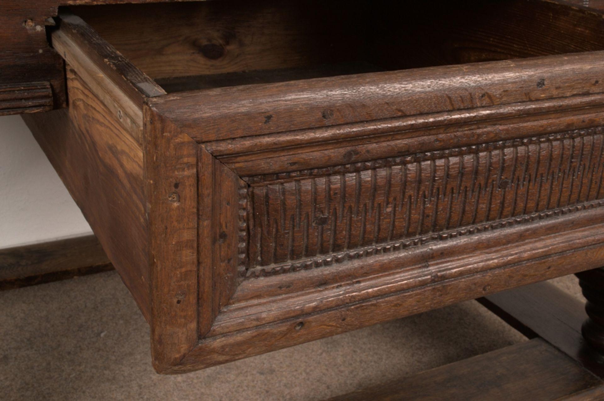 Großer Auszugstisch, Franken um 1730/50. Querverstrebter Tischunterbau mit kräftigen Balusterbeinen, - Bild 35 aus 36