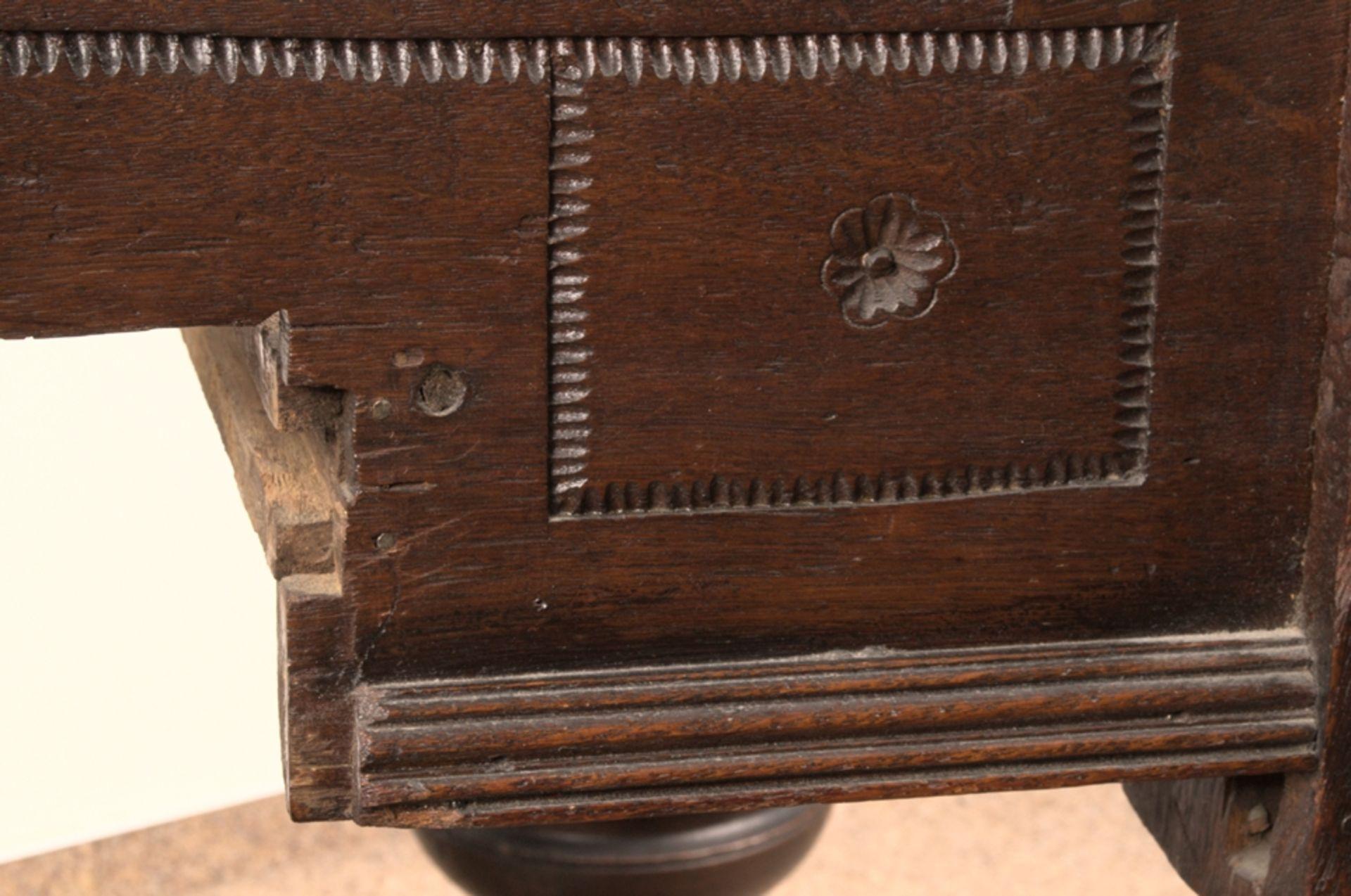 Großer Auszugstisch, Franken um 1730/50. Querverstrebter Tischunterbau mit kräftigen Balusterbeinen, - Bild 9 aus 36