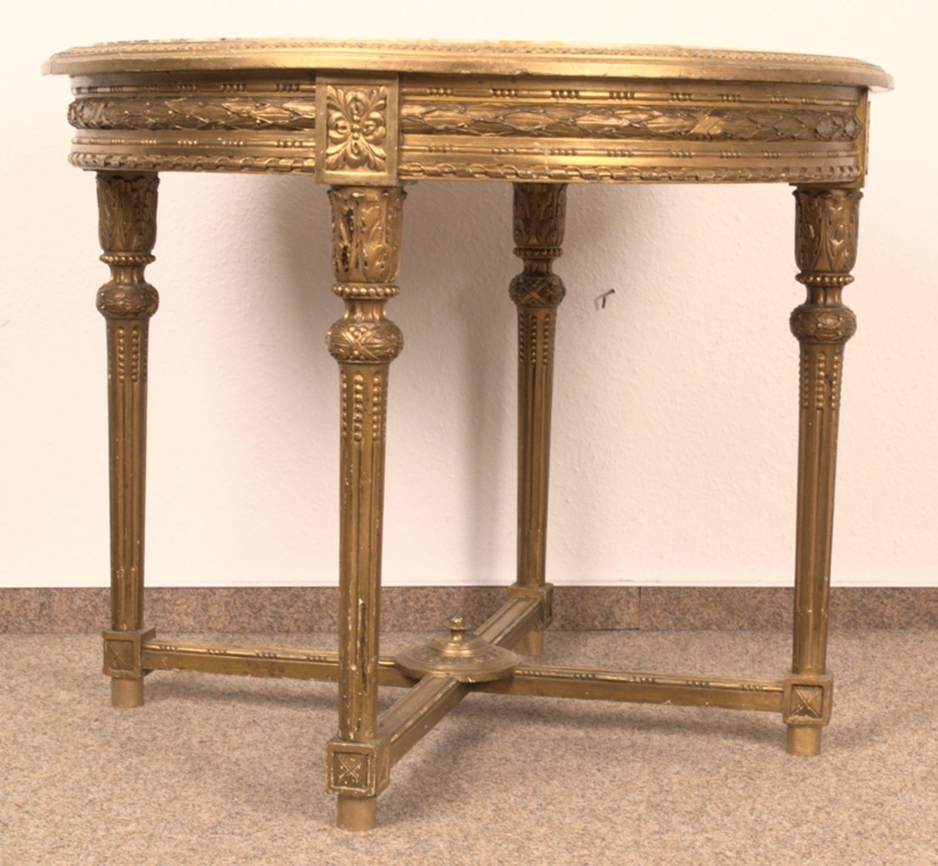 Runder Salontisch, Louis XVI-Stil, Frankreich um 1890. Aufwändig beschnitztes, kanneliertes