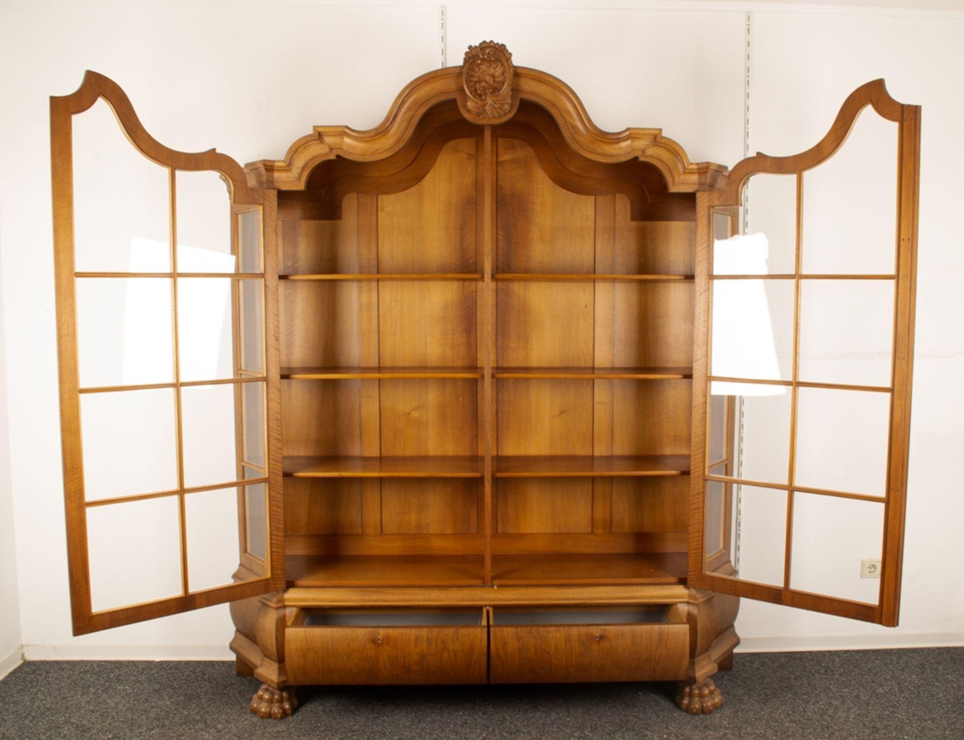 Großer, zweitüriger Bücherschrank, Barockstil, 2. Drittel 20. Jhd., Nussbaum massiv & furniert, - Bild 2 aus 10