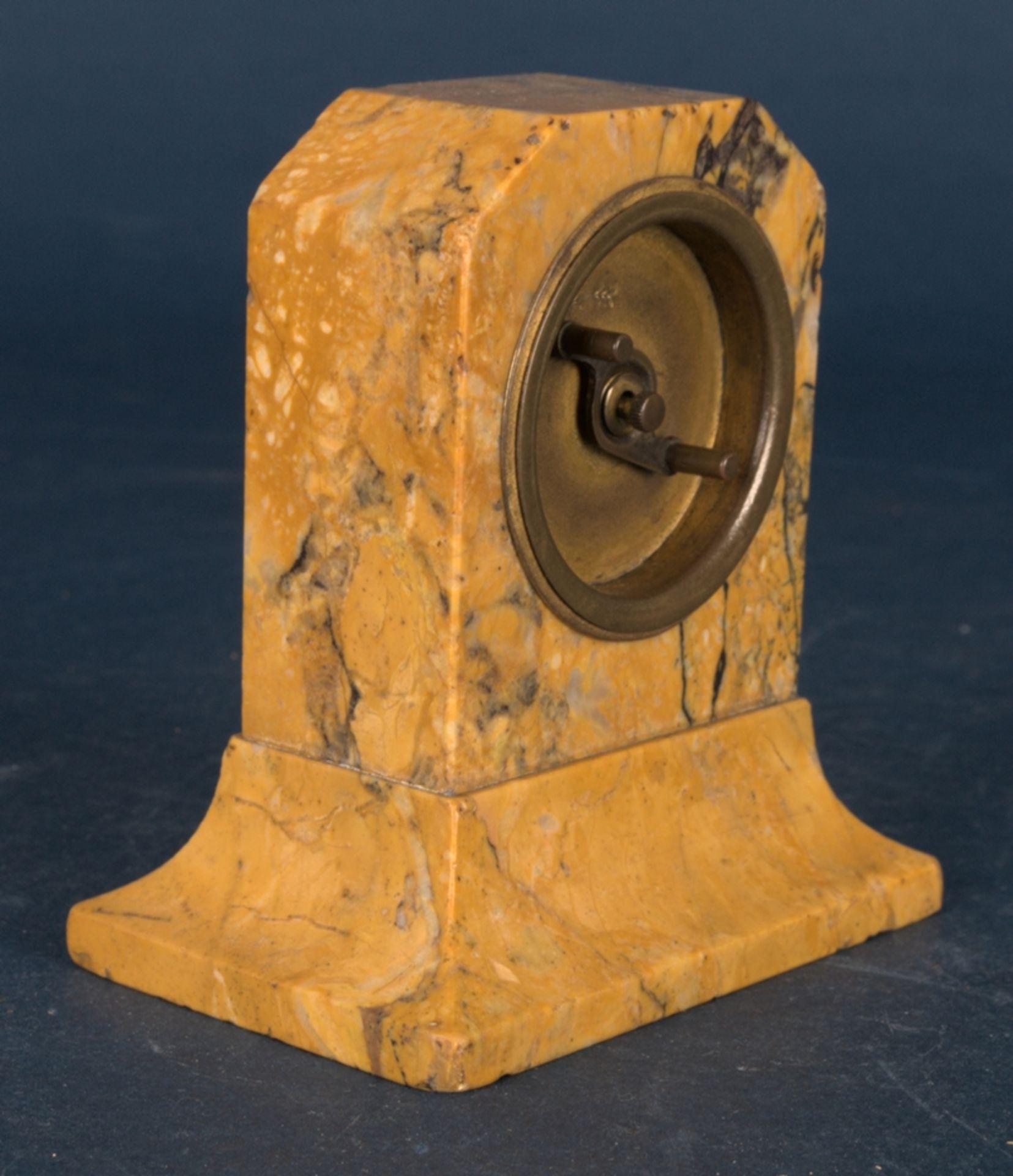 Kleine Tischuhr mit 8 Tagewerk in gelblich-braunem Granit- oder Marmorgehäuse. Höhe ca. 9 cm. Um - Bild 5 aus 8