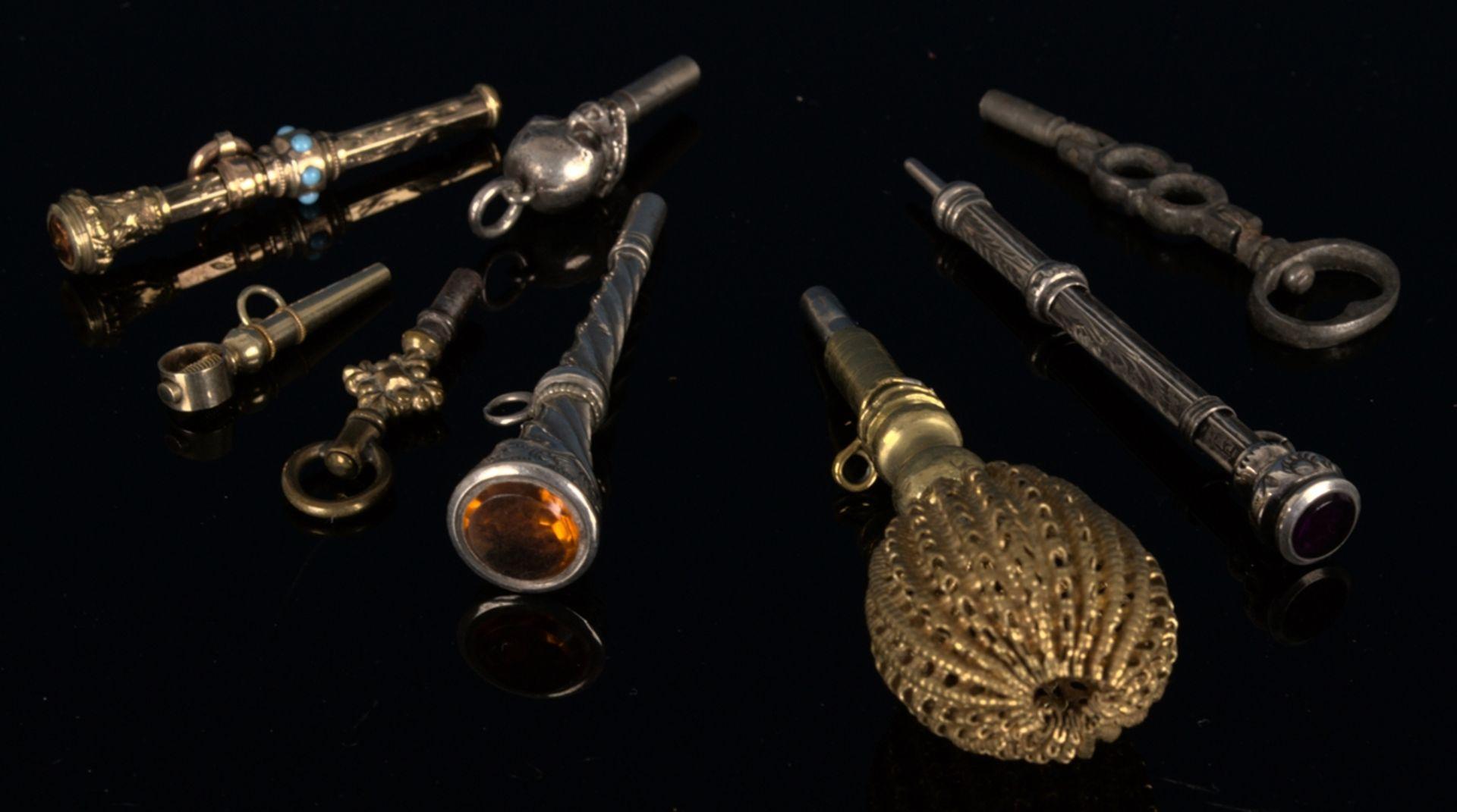 8teilige Sammlung versch. Taschenuhrenschlüssel, überwiegend 19. Jhd. Versch. Alter, Größen,