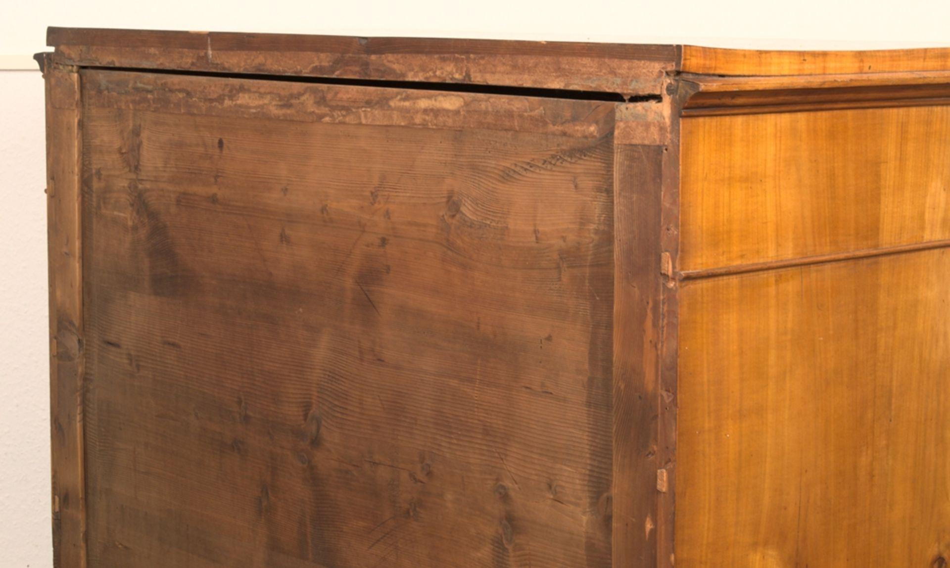 Wäschekommode. Biedermeier um 1835. Kirschbaum massiv & furniert, die 4 Schubladen-Fronten mit - Bild 14 aus 18
