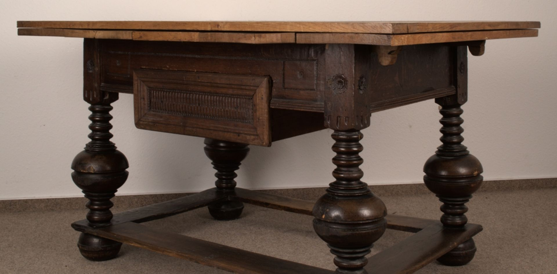 Großer Auszugstisch, Franken um 1730/50. Querverstrebter Tischunterbau mit kräftigen Balusterbeinen, - Bild 16 aus 36