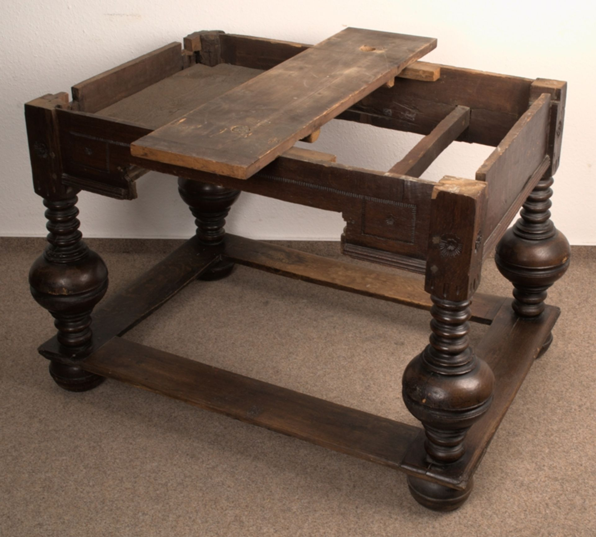Großer Auszugstisch, Franken um 1730/50. Querverstrebter Tischunterbau mit kräftigen Balusterbeinen, - Bild 3 aus 36