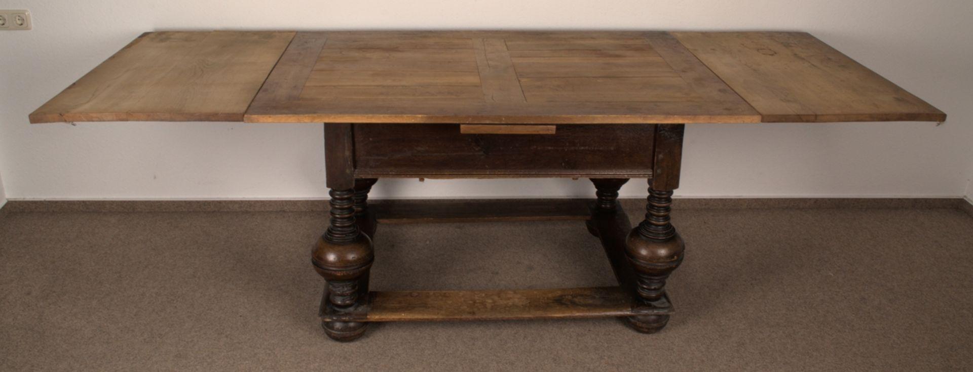 Großer Auszugstisch, Franken um 1730/50. Querverstrebter Tischunterbau mit kräftigen Balusterbeinen, - Bild 2 aus 36