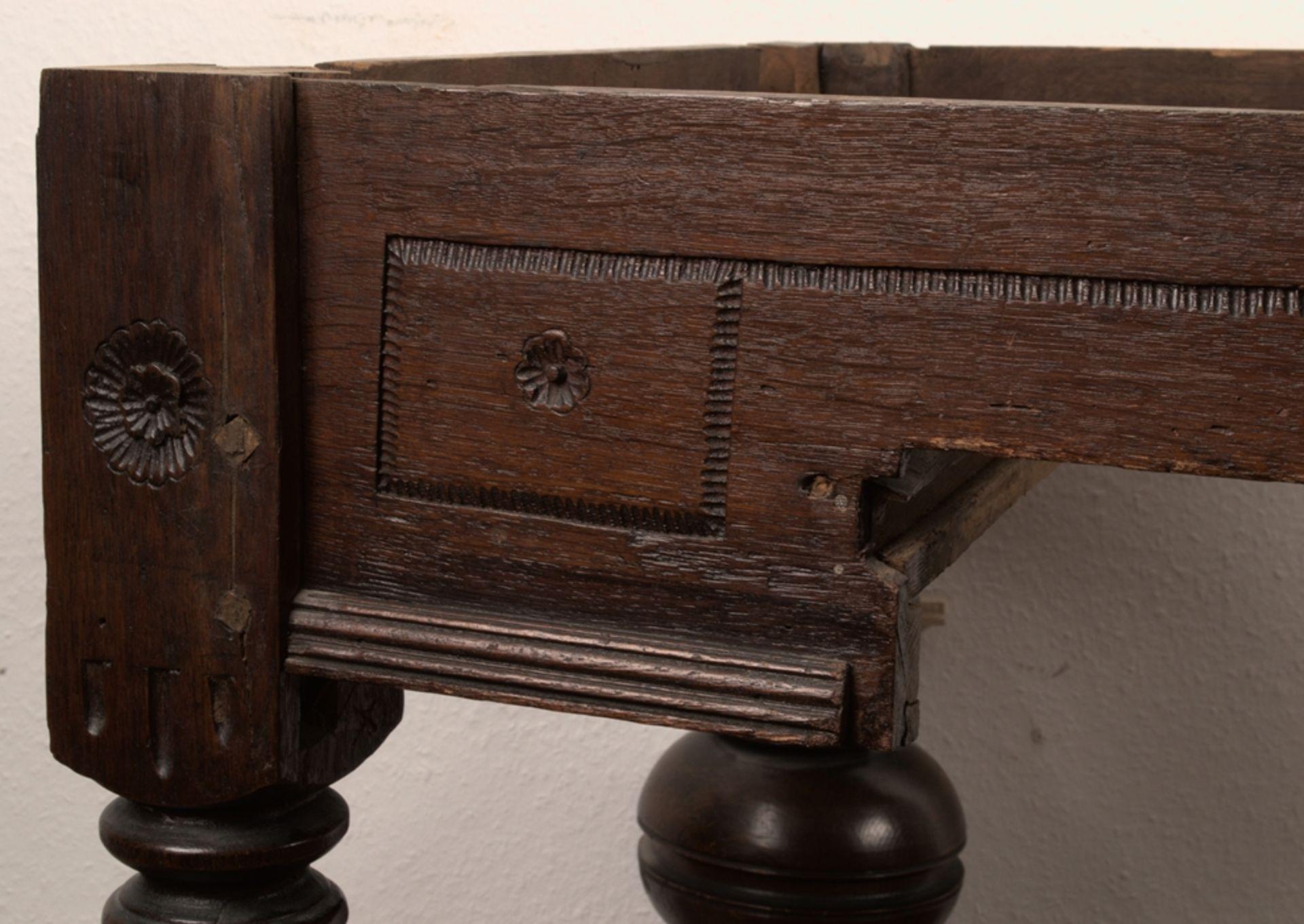 Großer Auszugstisch, Franken um 1730/50. Querverstrebter Tischunterbau mit kräftigen Balusterbeinen, - Bild 6 aus 36