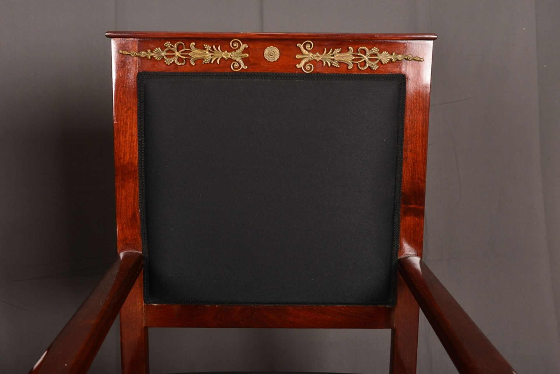 Paar Armlehnstühle. Empire-Stil, Mahagoni, aufwändig mit Messingapplikationen verziert. Vor - Bild 2 aus 9