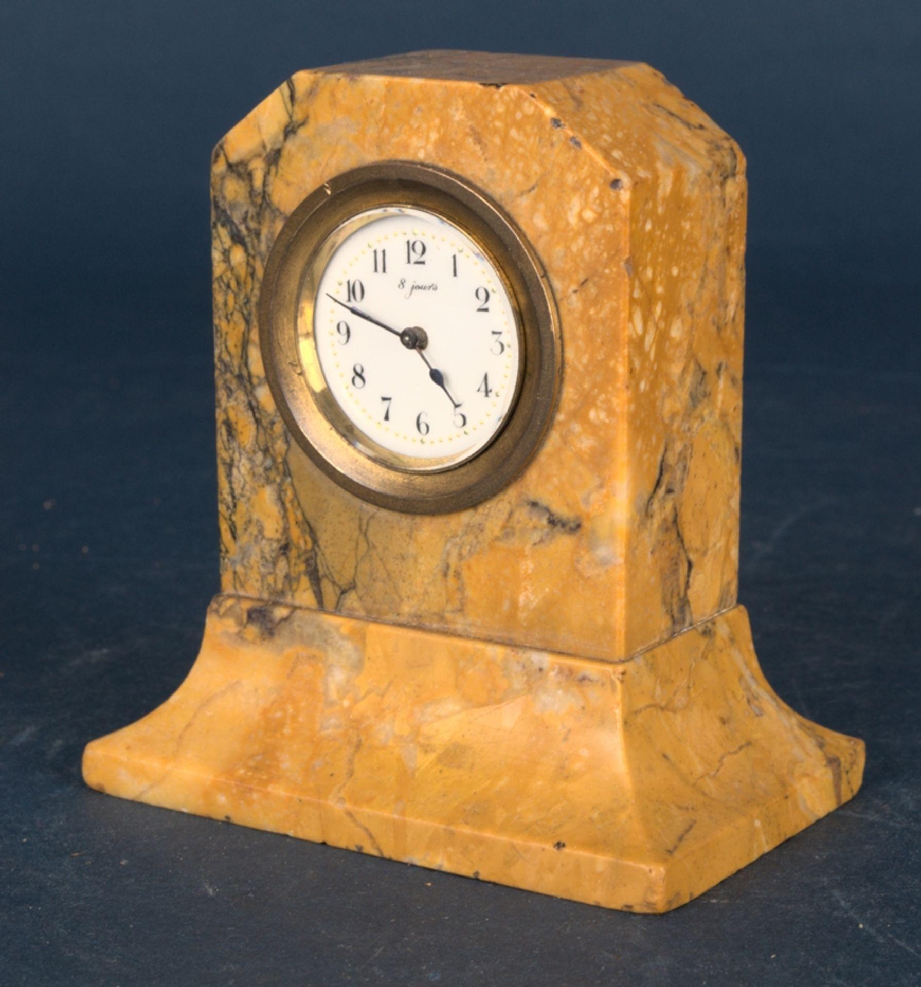 Kleine Tischuhr mit 8 Tagewerk in gelblich-braunem Granit- oder Marmorgehäuse. Höhe ca. 9 cm. Um - Bild 2 aus 8