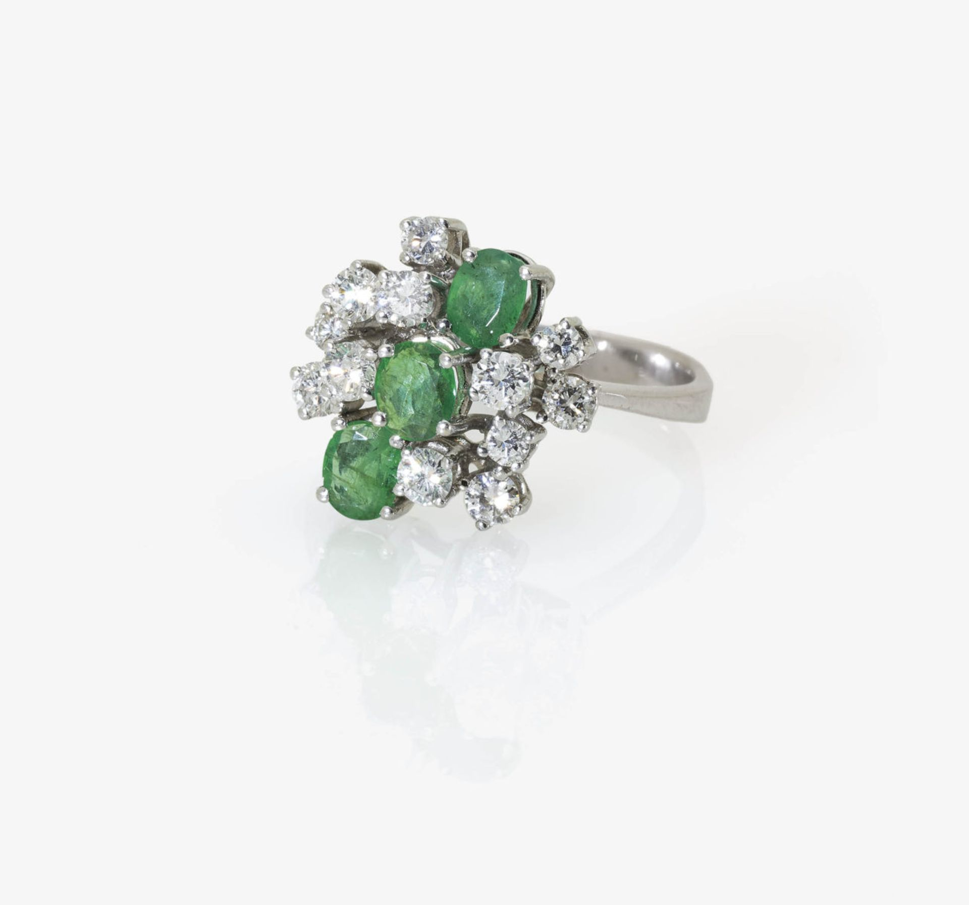 Los 1059 - An Emerald and Diamond Cocktail Ring