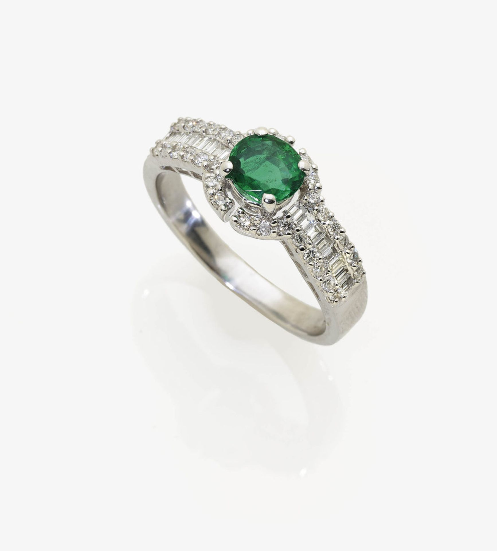 Los 1057 - An Emerald and Diamond Cluster Ring