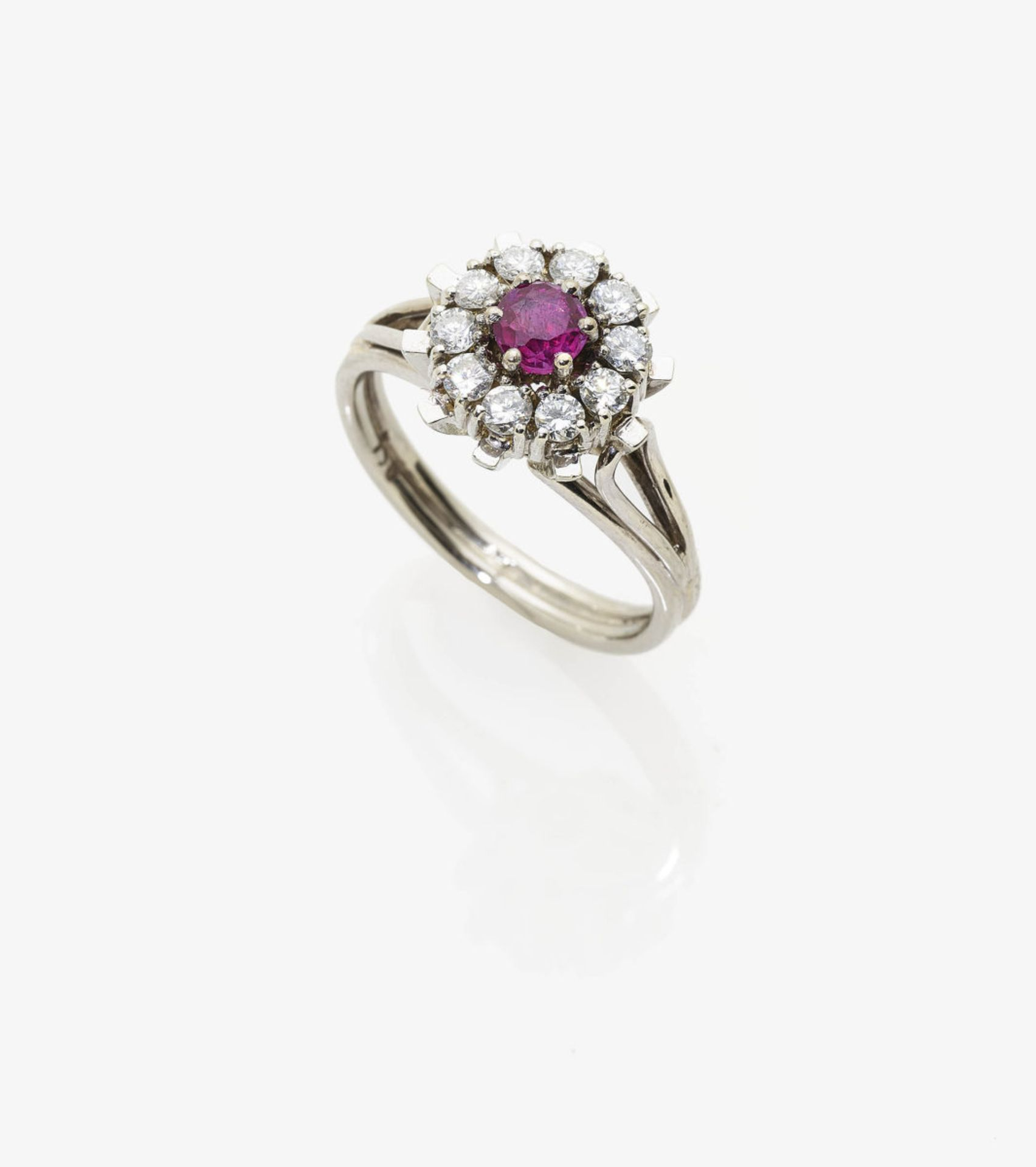 Los 1042 - A Diamond and Ruby Cluster Ring