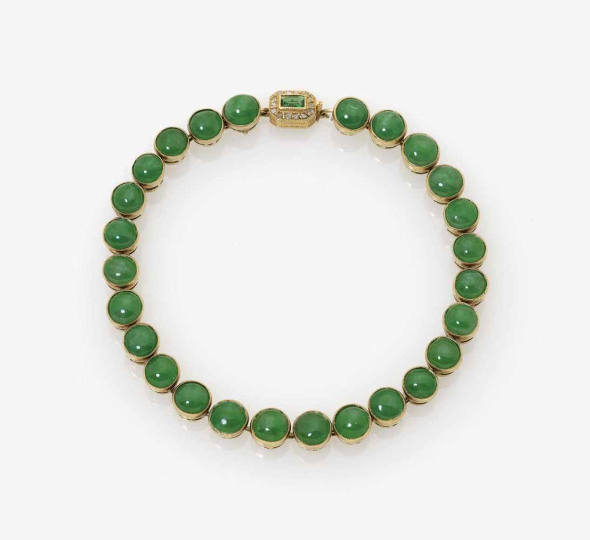 Los 1009 - zurückgezogen / withdrawn---A Jade Bracelet with Emerald and Diamond ClaspParis, circa 1920 18k