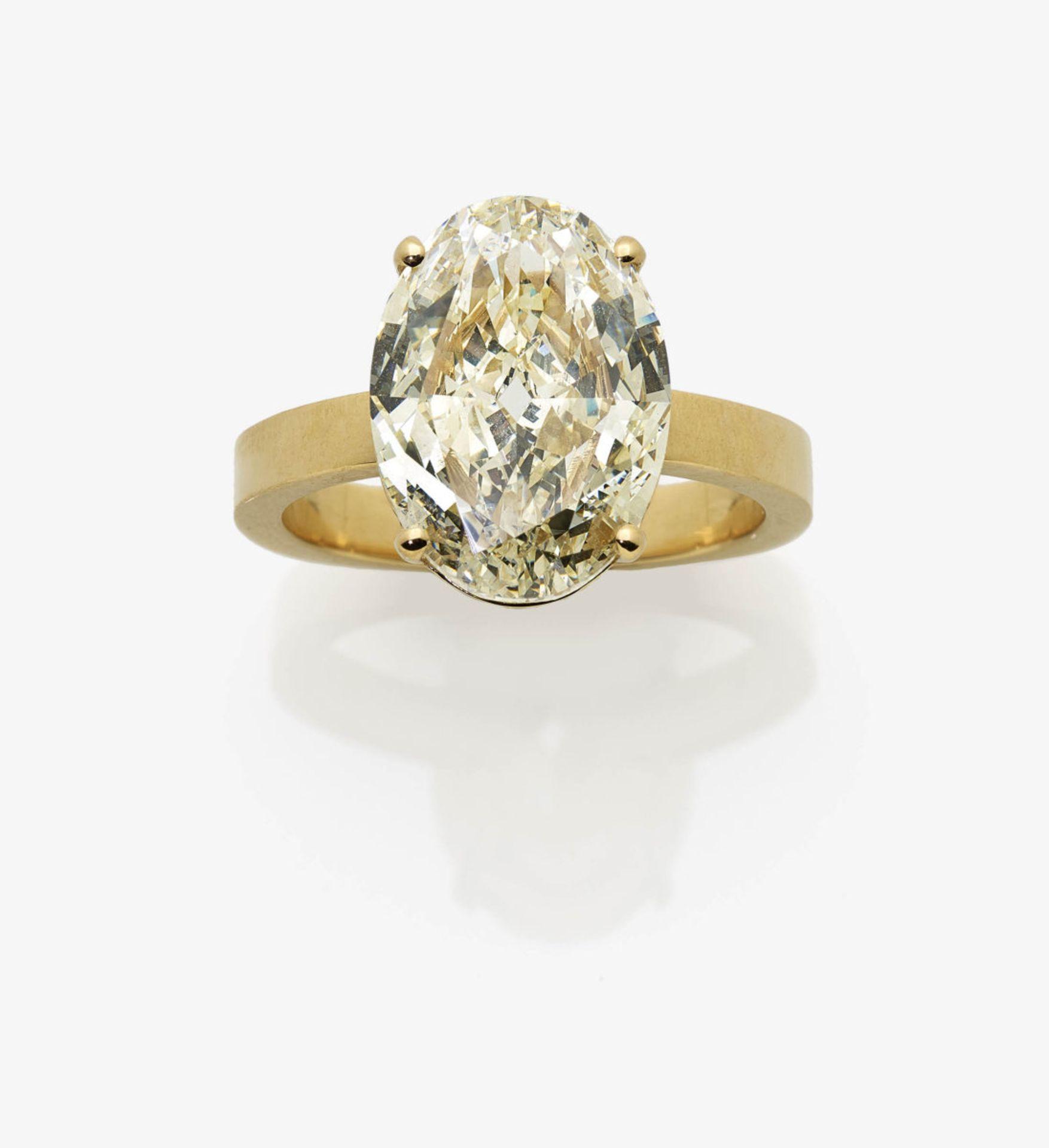 Los 1031 - A Champagne-Coloured Diamond Solitaire Ring