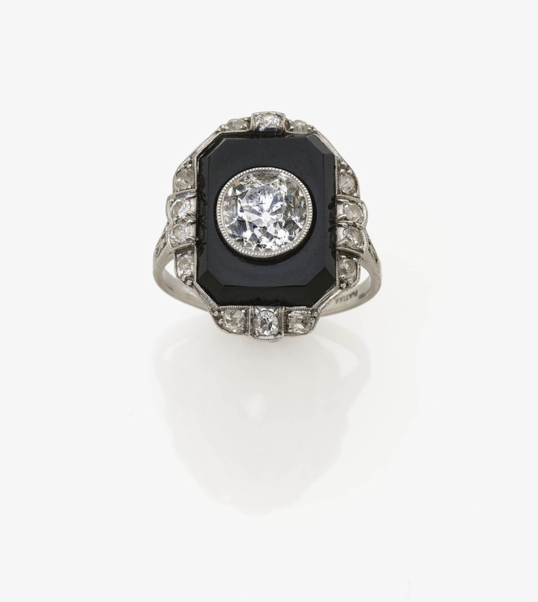 Los 1023 - An Onyx and Diamond Ring