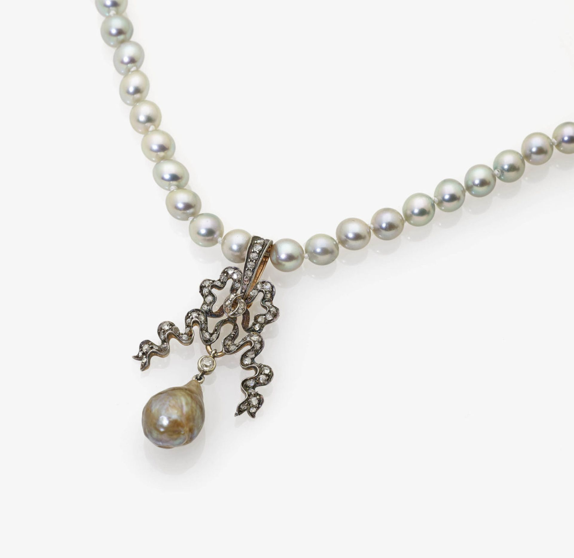 Los 1007 - A Cultured Pearl Necklace with Bow-Shaped Pendant