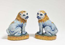 Zwei sitzende Löwen