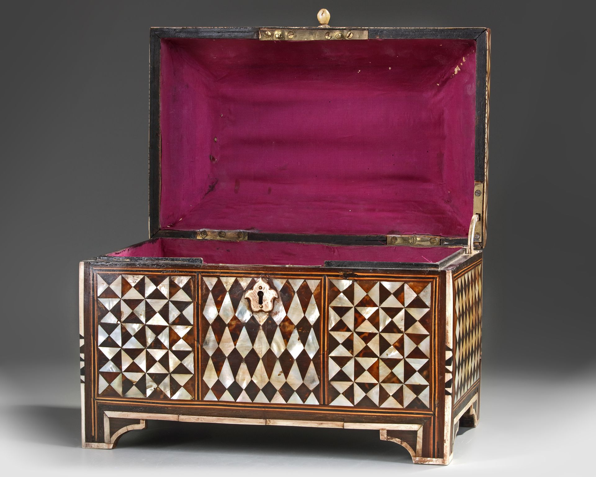 AN OTTOMAN MOTHER-OF-PEARL AND TORTOISESHELL INLAID CHEST - Bild 2 aus 3