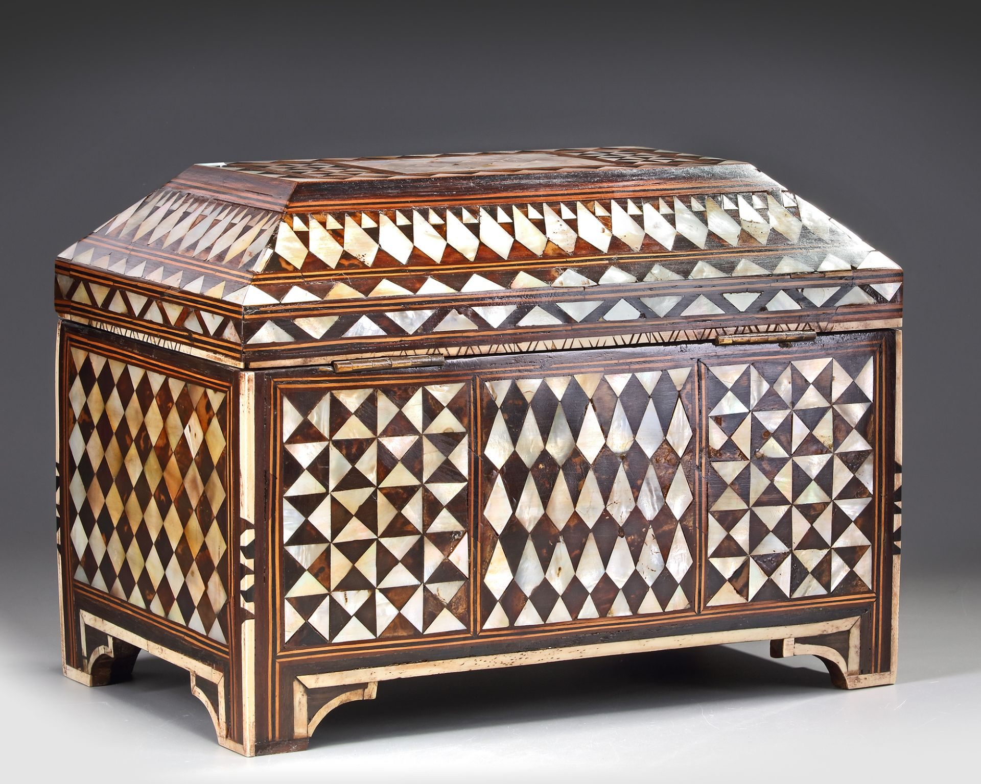 AN OTTOMAN MOTHER-OF-PEARL AND TORTOISESHELL INLAID CHEST - Bild 3 aus 3