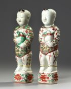 A PAIR OF CHINESE FAMILLE VERTE FIGURES OF BOYS, KANGXI PERIOD (1661-1722)