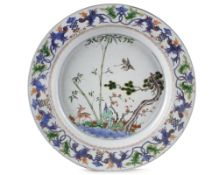 A LARGE CHINESE FAMILLE VERTE 'DEER AND CRANE' DISH, KANGXI PERIOD (1662-1722)