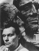 Cremer, Fritz(Arnsberg/Ruhr 1906 - 1993 Berlin)Porträt Fritz Cremer vor Köpfen zum Buchenwald-