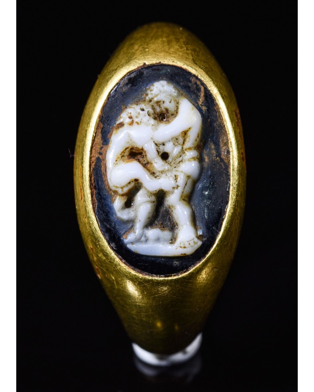 Lot 1 - ROMAN GOLD CAMEO RING - HERCULES AND THE NEMEAN LION
