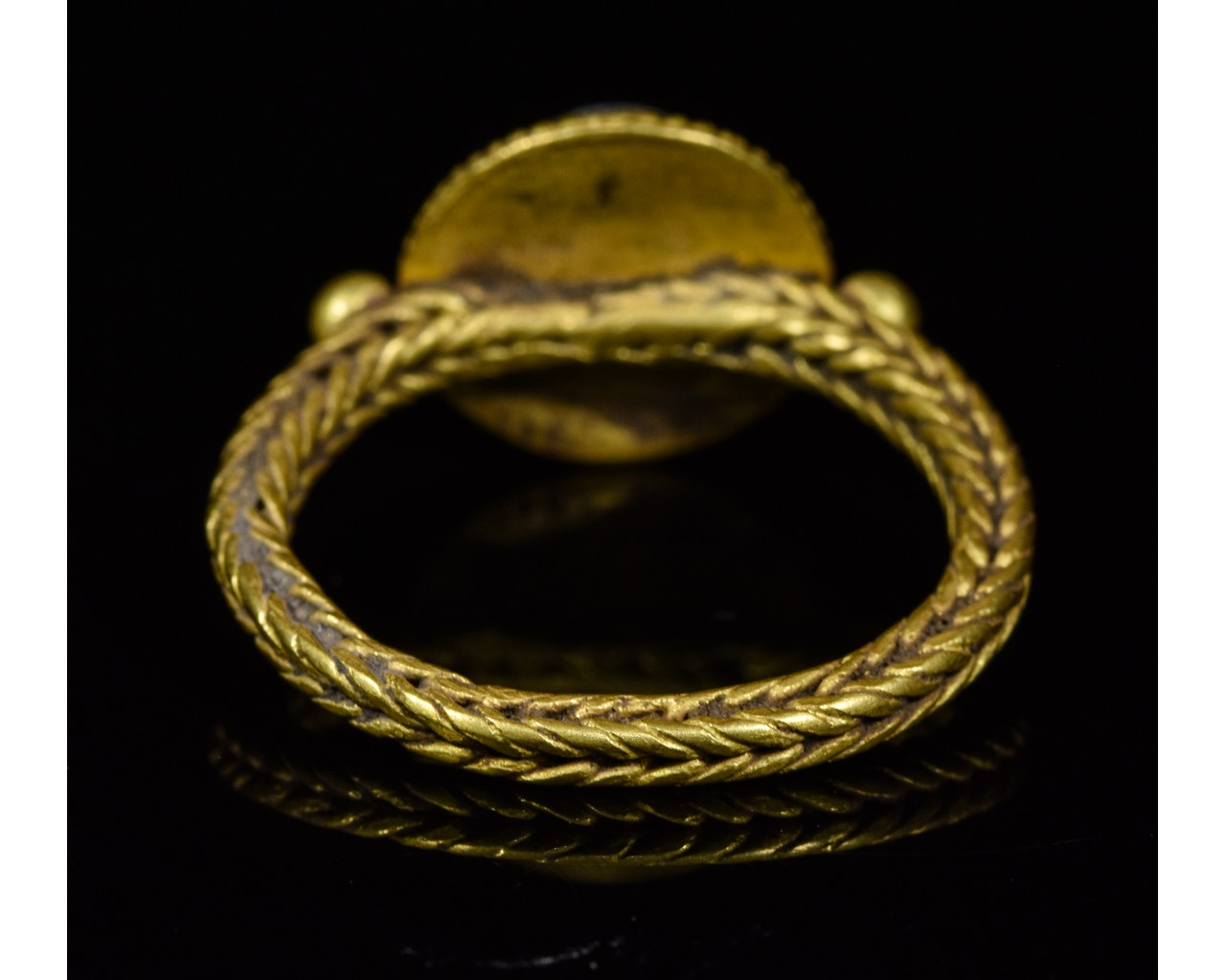 Lot 20 - MEDIEVAL GOLD RING WITH CABOCHON