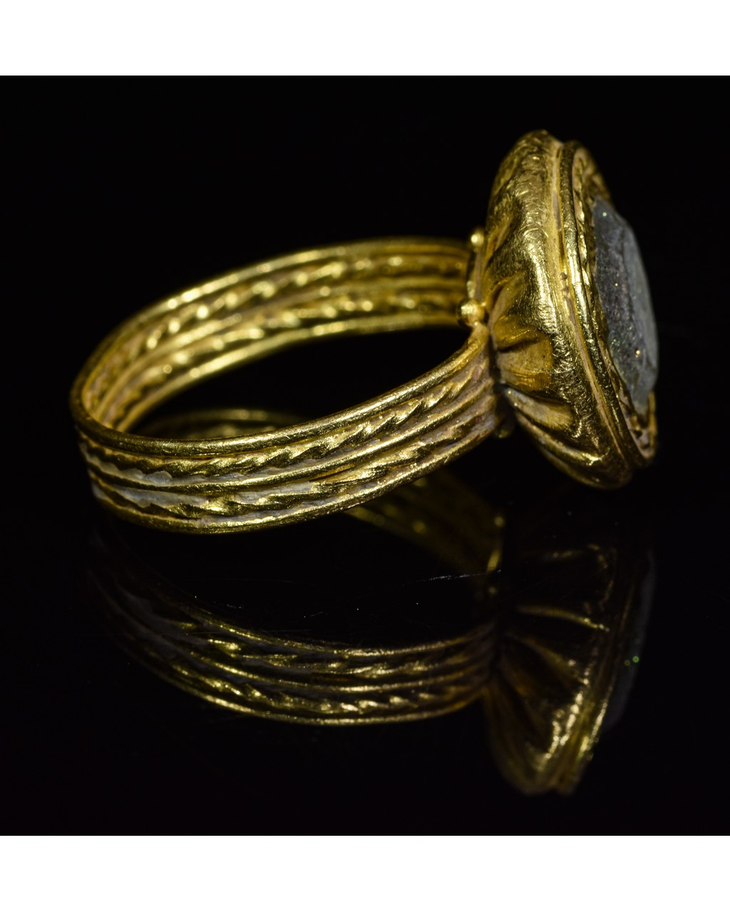 Lot 37 - BYZANTINE GOLD RING WITH SPARKLING GEM
