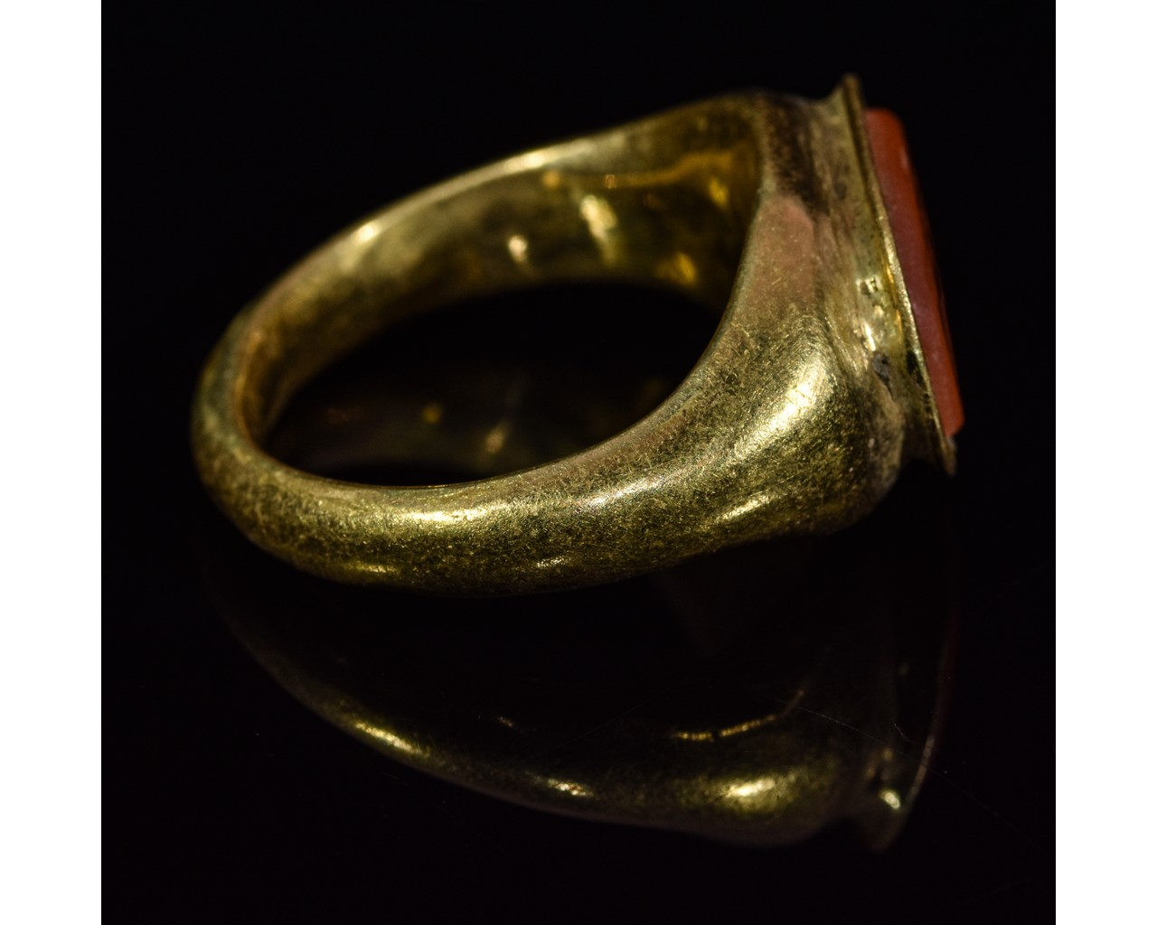 Lot 42 - ROMAN GOLD INTAGLIO RING - TWO FIGHTING ROOSTERS