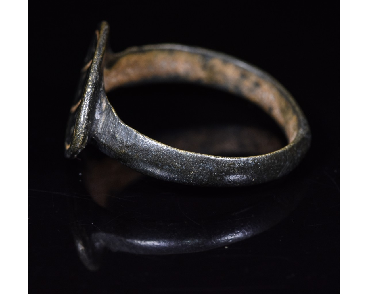 Lot 7 - ROMAN PERIOD DECORATED RING