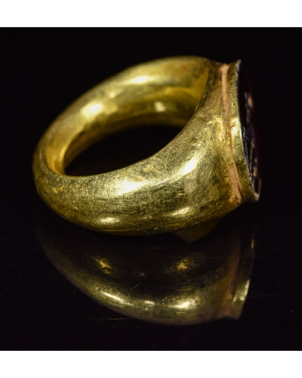Lot 27 - ROMAN GOLD INTAGLIO RING WITH APOLLO
