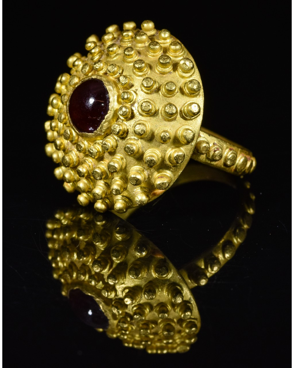 Lot 2 - ROMAN GOLD RING WITH GARNET STONE