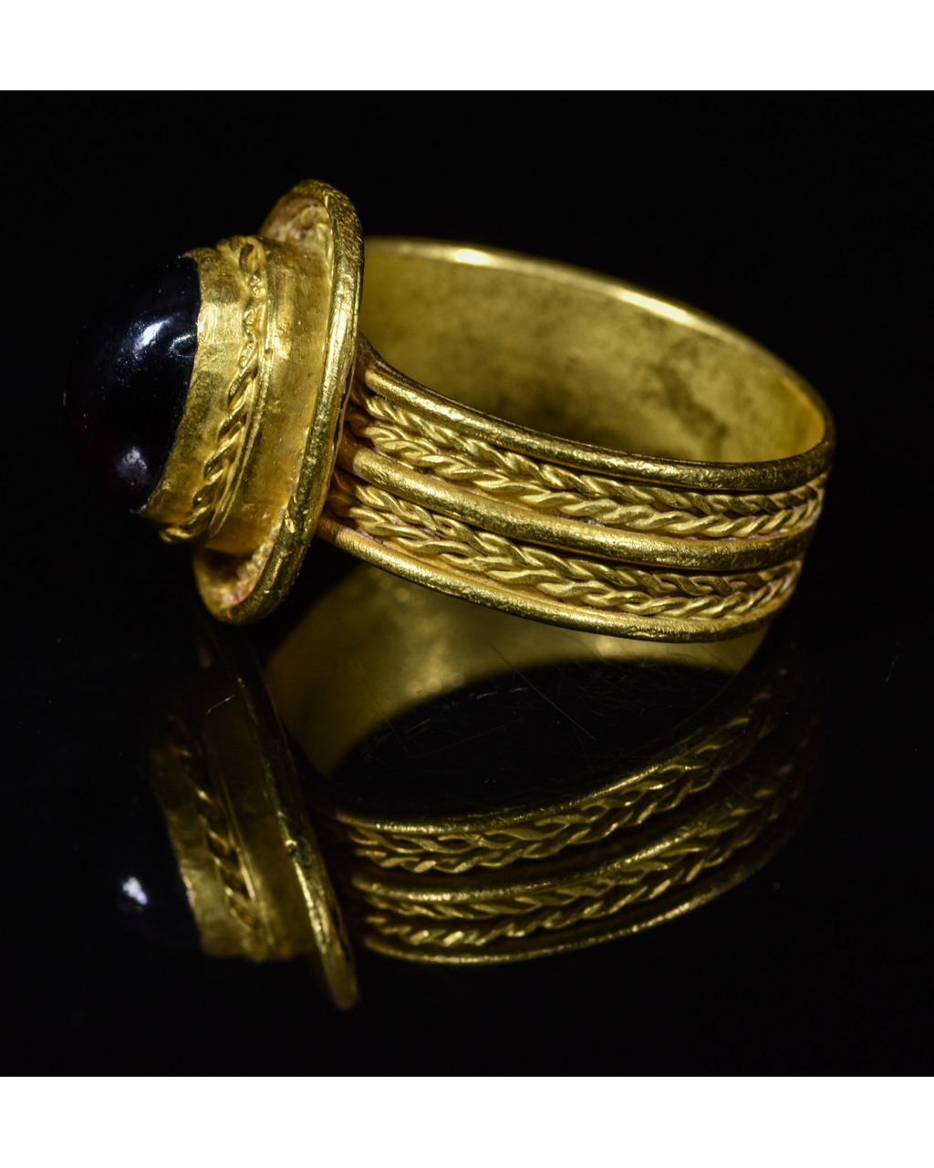 Lot 5 - MEROVINGIAN GOLD RING WITH GARNET STONE