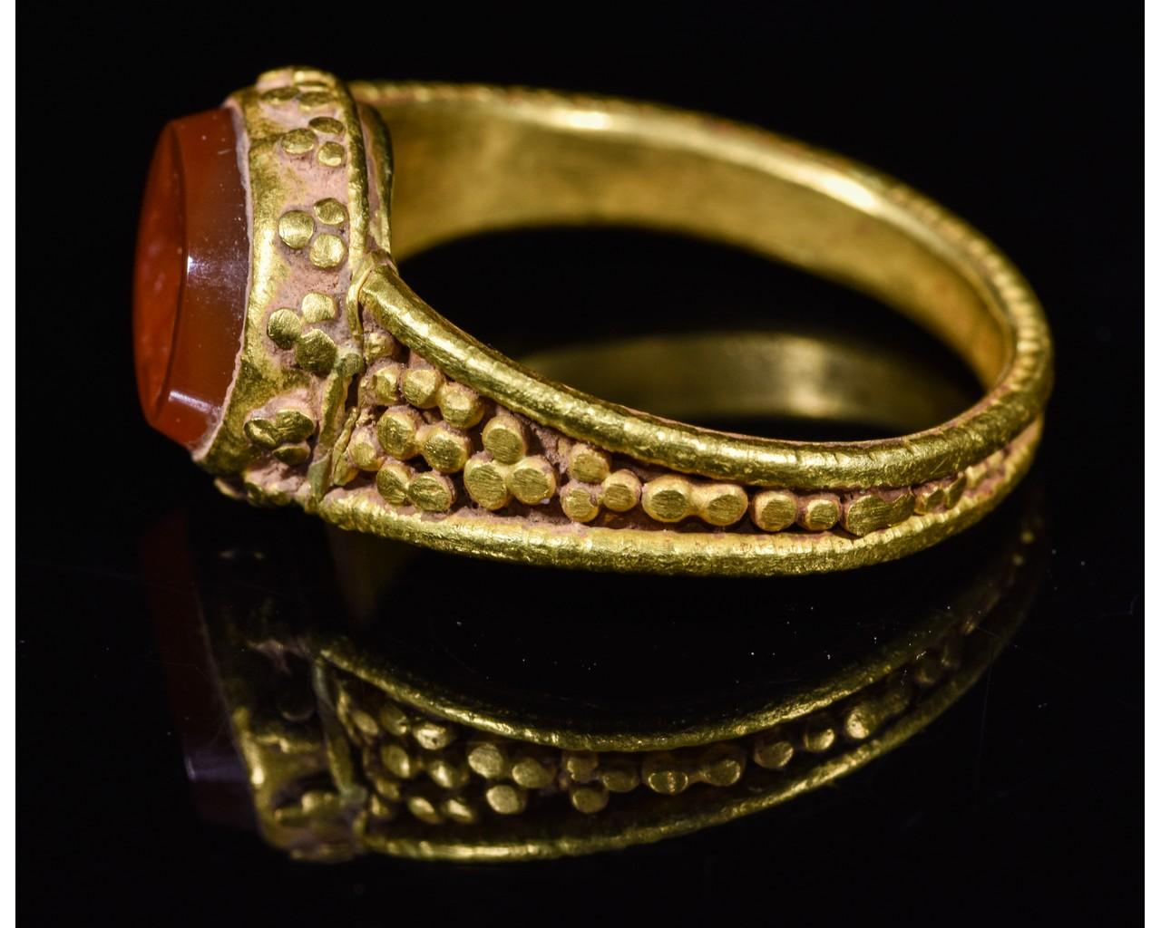 Lot 3 - ROMAN GOLD INTAGLIO RING WITH JULIAN II THE APOSTATE