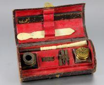 Reise-Schreibgarnitur19. Jhd., Reise-Schreibgarnitur, Leder-Schatulle mit Federn, Tintenglas, Glas