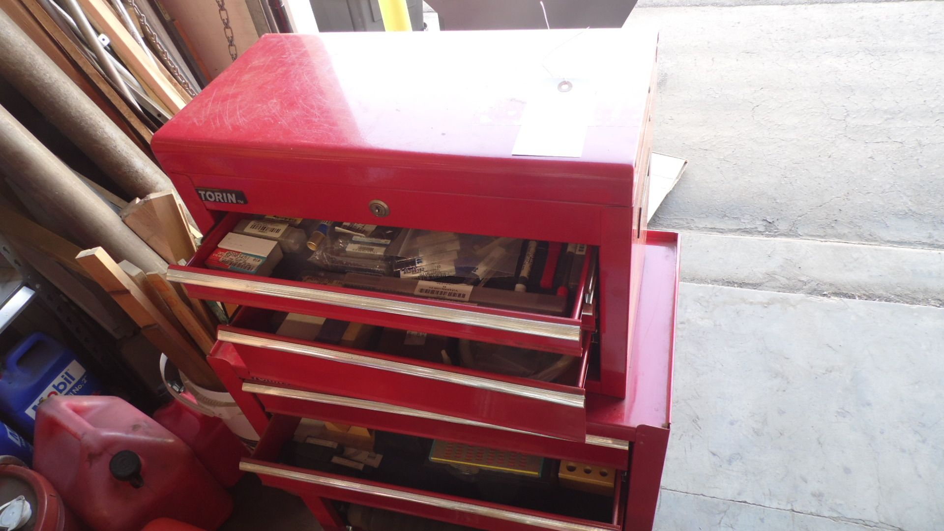 Lot 65 - TORIN ROLLING BOX w/ LOTS OF TOOLING