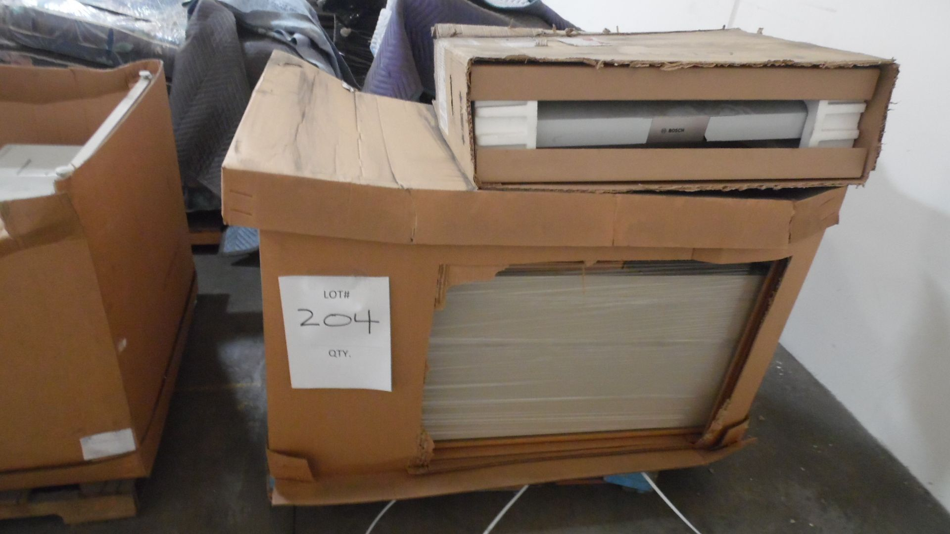 Lot 204 - DESK / BOSCH VENT HOOD
