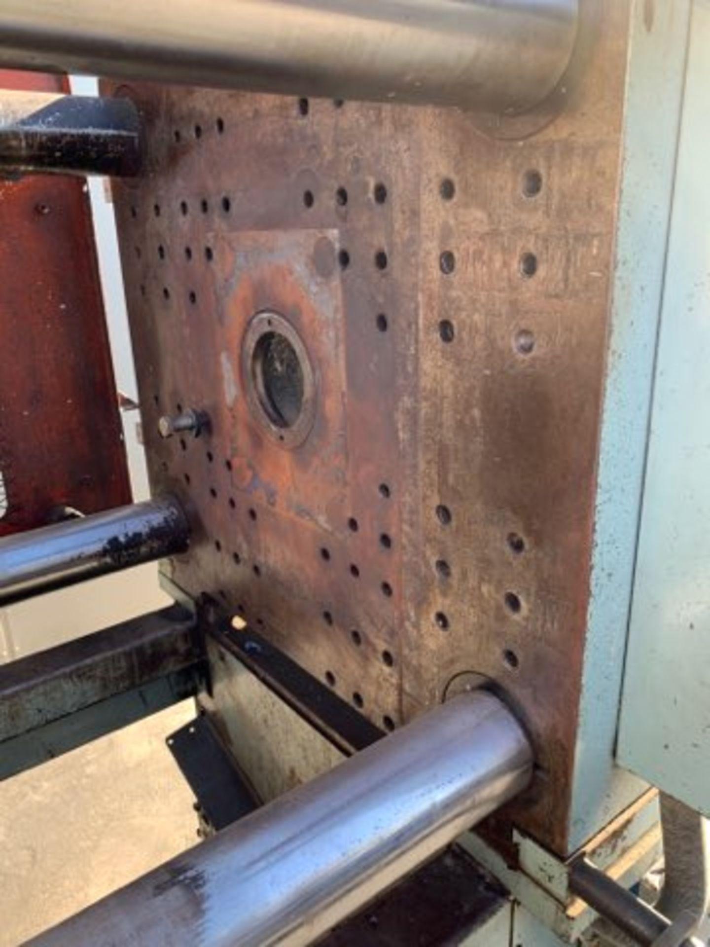 225 TON TOSHIBA ISC225 INJECTION MOLDING MACHINE - Image 4 of 4