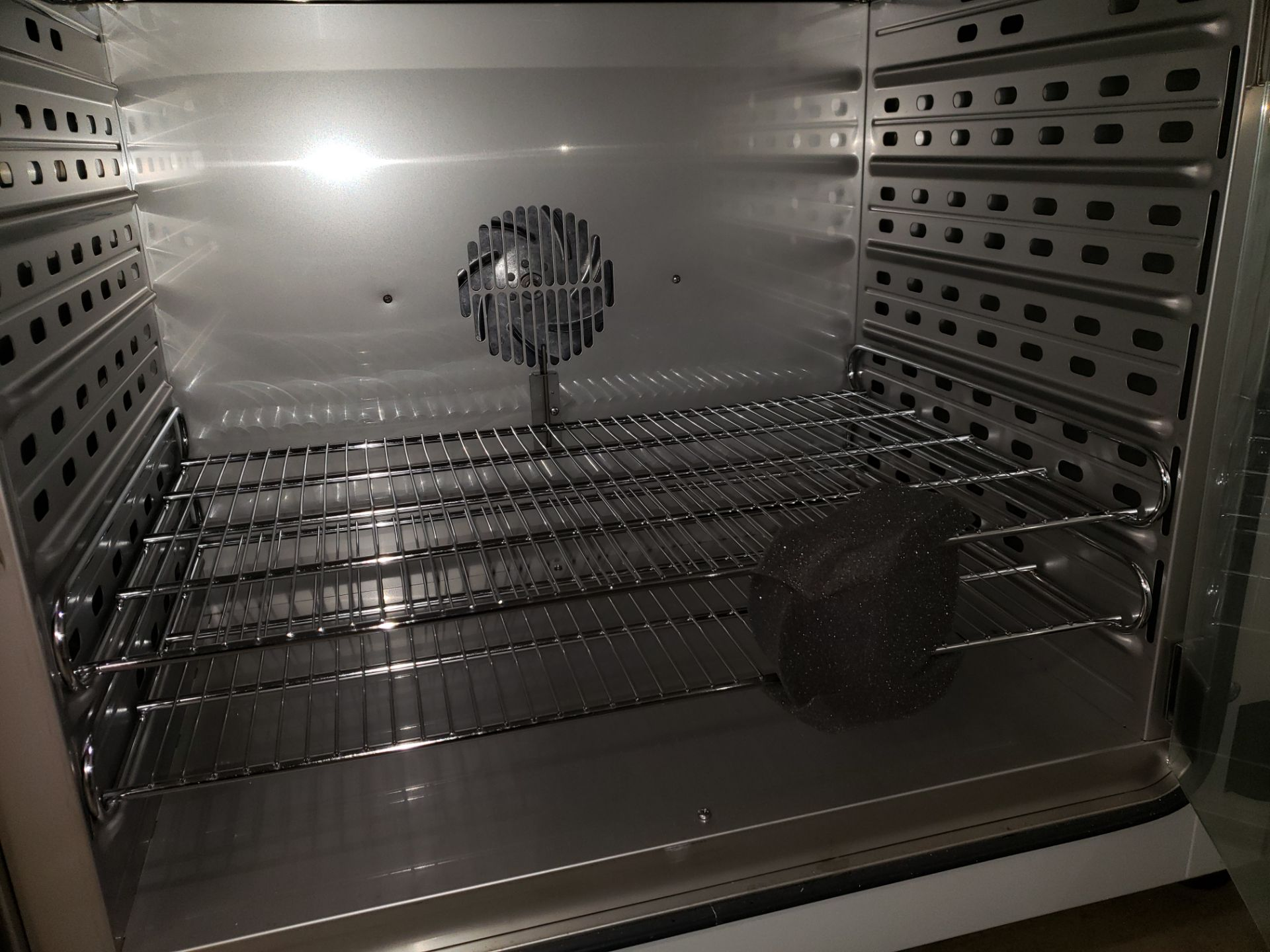 Lot 29 - Unused Binder incubator, model BF 115-UL, 4.1 cu ft capacity, .4 kw, 115 volt heater,