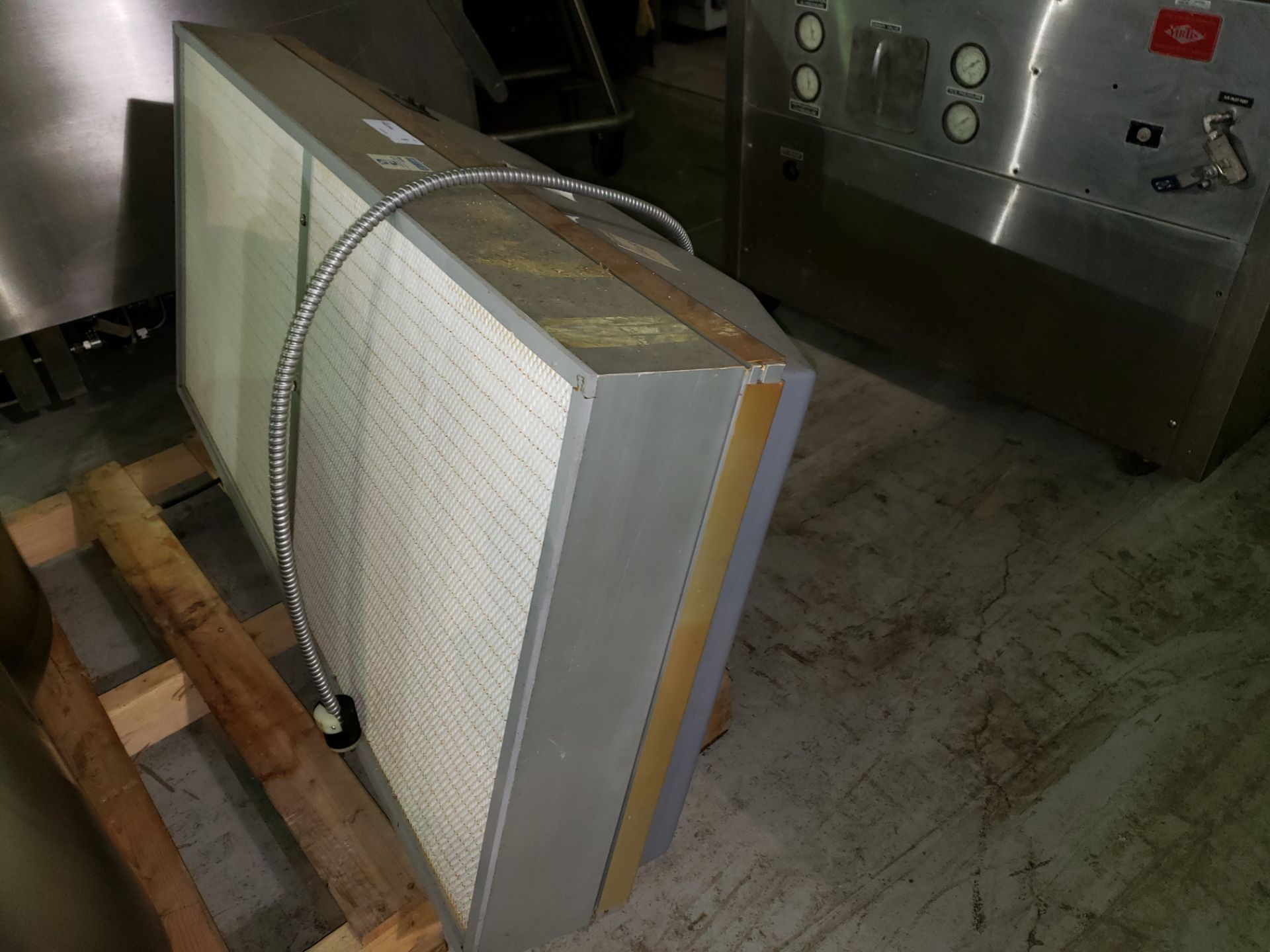 Lot 9 - Airo Clean HEPA filter, model HFM-2000, 2' x 4', rated approximately 800 cfm with .25 hp, 115 volt
